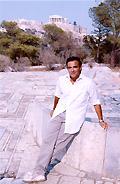 Nikos Aliagas aux pieds de l'Acropole