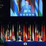 Le président de la Banque européenne pour la reconstruction et le développement, le Britannique Suma Chakrabarti, lors d'un discours à l'occasion de la réunion annuelle de la banque, jeudi 14 mai à Tbilissi, en Géorgie. Crédits photo : VANO SHLAMOV/AFP