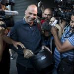 """Yanis Varoufakis, économiste de formation devenu ministre des Finances grec du gouvernement de Syriza, cristallise les critiques. Si le """"oui"""" au référendum l'emporte dimanche soir, il a annoncé qu'il quittera son poste. (Crédits : Reuters)"""