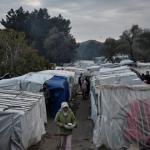 Une femme marche dans le camp de migrants de l'île de Chios, en Grèce, le 11 décembre 2019.
