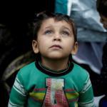 Un enfant syrien devant sa tente du camp de Moria, sur l'île de Lesbos. © Alkis Konstantinidis/REUTERS