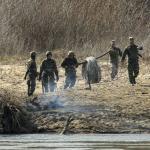 Des militaires grecs installent des barbelés sur les rives du fleuve Maritsa qui marque la frontière avec la Turquie.