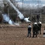 Des soldats grecs lancent des grenades lacrymogènes, le 4 mars 2020, près de la frontière gréco-turque près de Kastanies