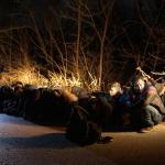Un groupe de migrants arrêté par l'armée grecque près du village de Protoklisi, dans la région de Evros, le 10 mars.