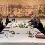 Les délégations grecque (à gauche) et turque (à droite), lundi 25 janvier 2021, au palais Dolmabahçe d'Istanbul, lors de la reprise des pourparlers sur le différend en Méditerranée orientale. TURKISH FOREIGN MINISTRY PRESS O/AFP