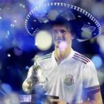 Sombrero sur la tête, maillot de l'équipe de foot du Mexique sur les épaules, Alexander Zverev pose avec le trophée du tournoi d'Acapulco. (C. Perez-Gallardo/Reuters)