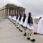 """Le 25 mars 2021, les """"evzones"""", lagarde présidentielle grecque, devant leParthénonsur l'Acropole d'Athènespour les célébrations du bicentenairede la guerre d'indépendance contre l'empire ottoman. PHOTO / PETROS GIANNAKOURIS / AFP"""