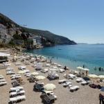 En Croatie, les chaises longues sont quasi désertes sur la plage de Banje. Située à quelques minutes du centre historique, c'est la plus célèbre de Dubrovnik. ANTONIO BRONIC/REUTERS