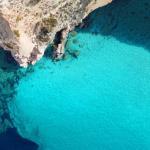 La plage de Tsigrado, à Milos (Cyclades). aerial-drone - stock.adobe.com