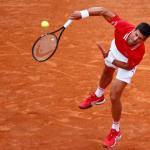 Novak Djokovic est mal embarqué face à Stefanos Tsitsipas. (G.Mangiapane/Reuters)