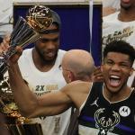 Giannis Antetokounmpo célèbre le titre NBA décroché avec son équipe des Bucks, le 20 juillet 2021 à Milwaukee. PHOTO / JONATHAN DANIEL / GETTY IMAGES NORTH AMERICA VIA AFP