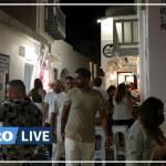 Voilier amarré devant le village de Mykonos (Chora). La diffusion de musique sera complètement interdite à compter du 26 juillet. Laurent Fabre / Le Figaro Magazine