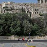 Le mercure frôle déjà les 40 degrés lundi midi quand les derniers visiteurs s'engouffrent derrière les grilles de l'Acropole, avant la fermeture des portes. LOUISA GOULIAMAKI / AFP