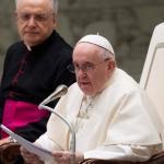 Interrogé sur son éventuel déplacement en Espagne en 2022 pour l'année sainte de Saint-Jacques-de-Compostelle, le pape argentin n'a pas exclu cette possibilité, mais il a pris le soin de préciser qu'il ne s'agirait pas alors d'une visite d'État. TIZIANA FABI / AFP