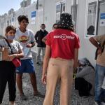 Une famille syrienne sur l'île de Samos en Grèce, le 20 septembre 2021. LOUISA GOULIAMAKI / AFP