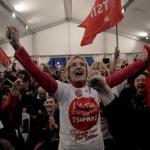 Des militants du parti grec Syriza lors des élections législatives du 25 janvier 2015. (LOUISA GOULIAMAKI / AFP)