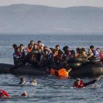 27 juillet 2015- Ces migrants syriens et afghans approchent des côtes de l'île grecque de Lesbos, en provenance de Turquie. - Santi Palacios/AP/SIPA