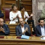 Des membres du gouvernement grec dont le ministre des Finances Euclid Tsakalotos (C), et le Premier ministre Alexis Tsipras (D), lors d'un débat au Parlement, le 14 août 2015 à Athènes (Photo Panayiotis Tzamaros. AFP)