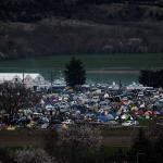 Des dizaines de milliers de migrants demeurent bloqués près du village d'Idomeni en Grèce dans des conditions misérables en raison de restrictions imposées par plusieurs pays des Balkans. Lundi se tient un important sommet entre l'UE et la Turquie visant à régler la crise migratoire. Crédits photo : LOUISA GOULIAMAKI/AFP