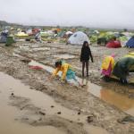 14.000 personnes s'entassent dans un camp ultra-précaire à la frontière avec la Macédoine. Crédits photo : STOYAN NENOV/REUTERS