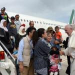 Trois familles de réfugiés syriens musulmans sont montées à bord de l'avion du pape François, samedi après-midi. Crédits photo : Filippo Monteforte/AP