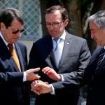 Nicos Anastasiades, à gauche, et Mustafa Akinci, à droite, se serrent la main par l'intermédiaire de l'envoyé spécial de l'ONU Espen Barth Eide, lors de négociations entamées en mai 2015. (Archives) Image: Keystone