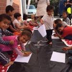 Les bénévoles de l'association Swiss Cross Helps portent assistance aux immigrés et leurs enfants en Grèce.