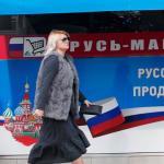 Une femme passe devant une épicerie russe dans la ville chypriote de Limassol, le 10 janvier 2018.