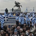 """Des opposants au maintien du mot """"Macédoine"""" dans le futur nom du pays brandissent des drapeaux de la Grèce, devant la statue d'Alexandre le Grand, le 21 janvier 2018 lors d'une manifestation à Thessalonique"""