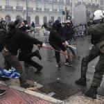 Des heurts ont eu lieu à Athènes entre des policiers et une trentaine de manifestants encagoulés protestant contre le nom de Macédoine.