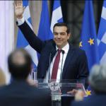 Alexis Tsipras, qui ne portait jamais la cravate, avait promis qu'il la mettrait quand il parviendrait à sortir définitivement le pays de la crise.