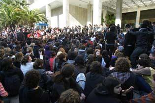 jeunes manifestants devant la Direction générale de la Police d