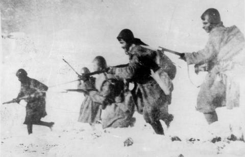 Soldats grecs à l'assaut des positions italiennes à la frontière greco-albanaise en 1940