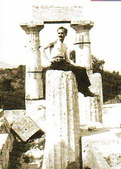 Kazantzakis au Temple d'Athéna Aphaïa, à Egine.