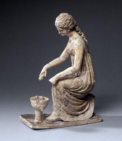 Figurine de jeune fille faisant une libation Vers 200. Musée du Louvre