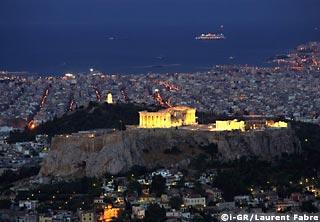 Le Rocher Saint - comme les Grecs appellent le rocher de l'Acropole - au petit matin surveille l'entrée du paquebot Queen Mary dans le port du Pirée quelques jours avant le début des Jeux Olympiques d'Athènes.