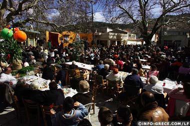 Sur la place du village, les habitants se retrouvent pour s'amuser des faces du carnaval et partager repas et boissons en abondance.