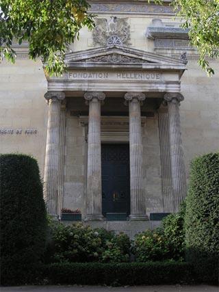 Entrée du pavillon grec à la Cité Universitaire de Paris