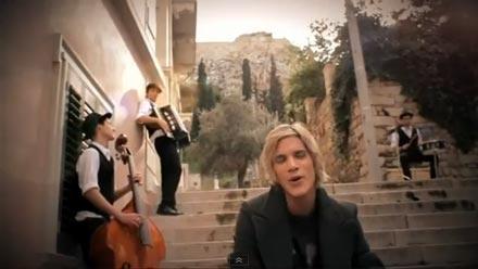 """Nikos Oikonomopoulos dans le vidéo-clip de la chanson """"Ximeronei""""."""