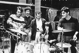 1982. Nikos Portokaloglou et son groupe Fatme initient Haris Alexiou à la... batterie !