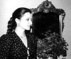Alexandra Syméonidou dans sa maison à Athènes à l'époque où la vie lui ouvre grand les portes du voyage.
