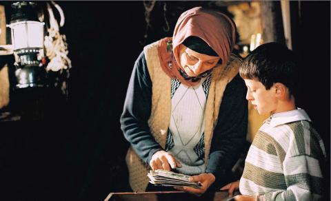 Mehmet, le fils des voisins, aime passer du temps à écouter les histoires d'Ayshe.
