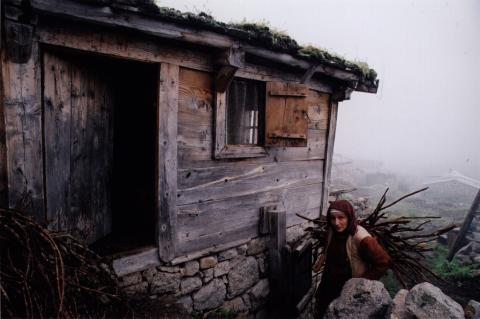 Ayshe/Eleni se réfugie en ermite dans une cabane dans les montagnes.