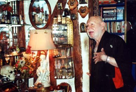 Andreas Voutsinas dans son salon, à Levallois-Perret, périphérie de Paris. © AE / i-GR