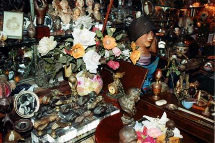 Des centaines de petits objets, des statuettes et une collection de mains qui n'en finit pas…