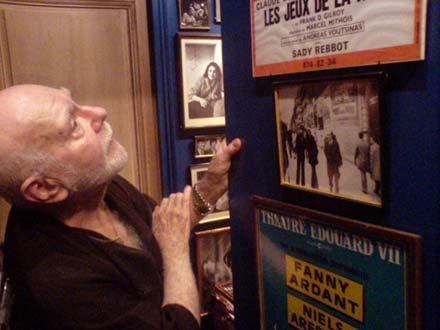 Andreas Voutsinas devant les affiches de ses mises en scène.