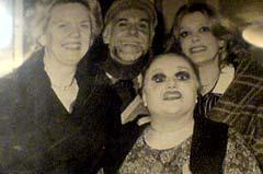 Ici, avec Melina Mercouri, à sa droite.