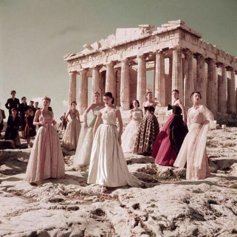 Défilé de mode pour la collection de Christian Dior sur l'Acropole en 1951, photographié par Jean-Pierre Pedrazzini.