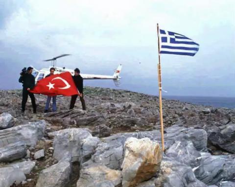 Des provocateurs turcs remplacent le drapeau grec par celui de la Turquie sur l'îlot grec d'Imia.