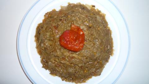 Décorez votre melitzzanosalata d'une petite tomate séchée ou d'olives